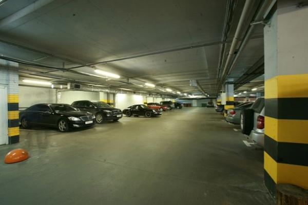 Парковка: открытый паркинг - 50 м/м; теплый, охраняемый подземный паркинг - 150 м/м График работы паркинга: ежедневно, круглосуточно Условия нахождения в паркинге: первые 2 часа бесплатно, каждый последующий час в дневное время с 08.00-24.00 - 100 (сто) рублей в час, в ночное время с 00.00-08.00 - 50 (пятьдесят) рублей в час. Оплата по чеку через терминал.