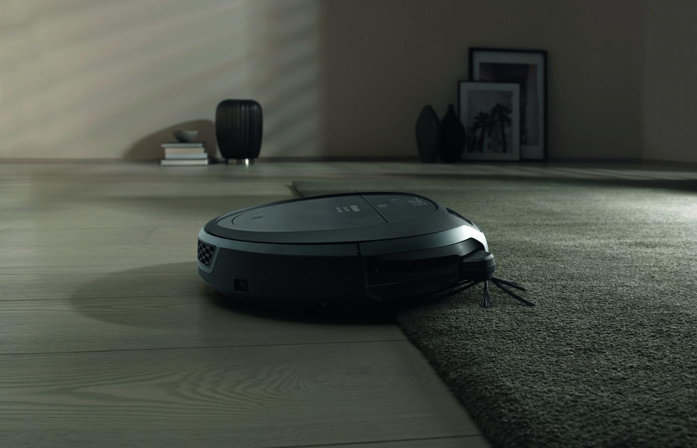 Новый всасывающий робот скаута RX2 от Miele отличается лучшей всасывающей производительностью на всех настилах. На ковре принятие пыли троекратно выше чем раньше.
