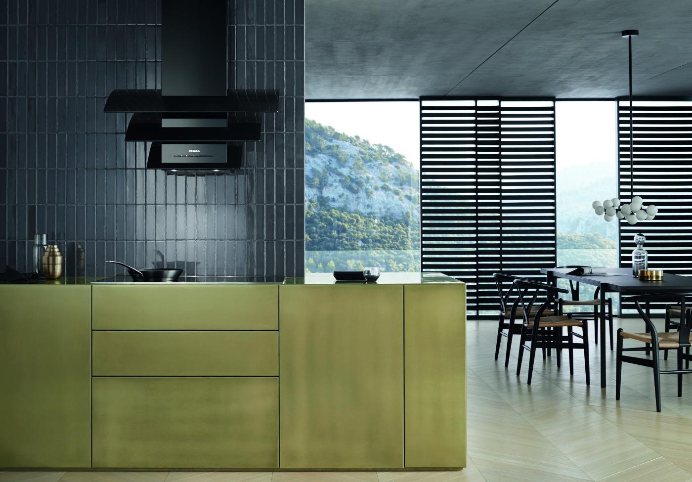 Вытяжка DA 7198 W Triple Black/Triple Grey в летящем стеклянном корпусе, представленная на фото, производит неизгладимое впечатление на кухне. (Фото: Miele)