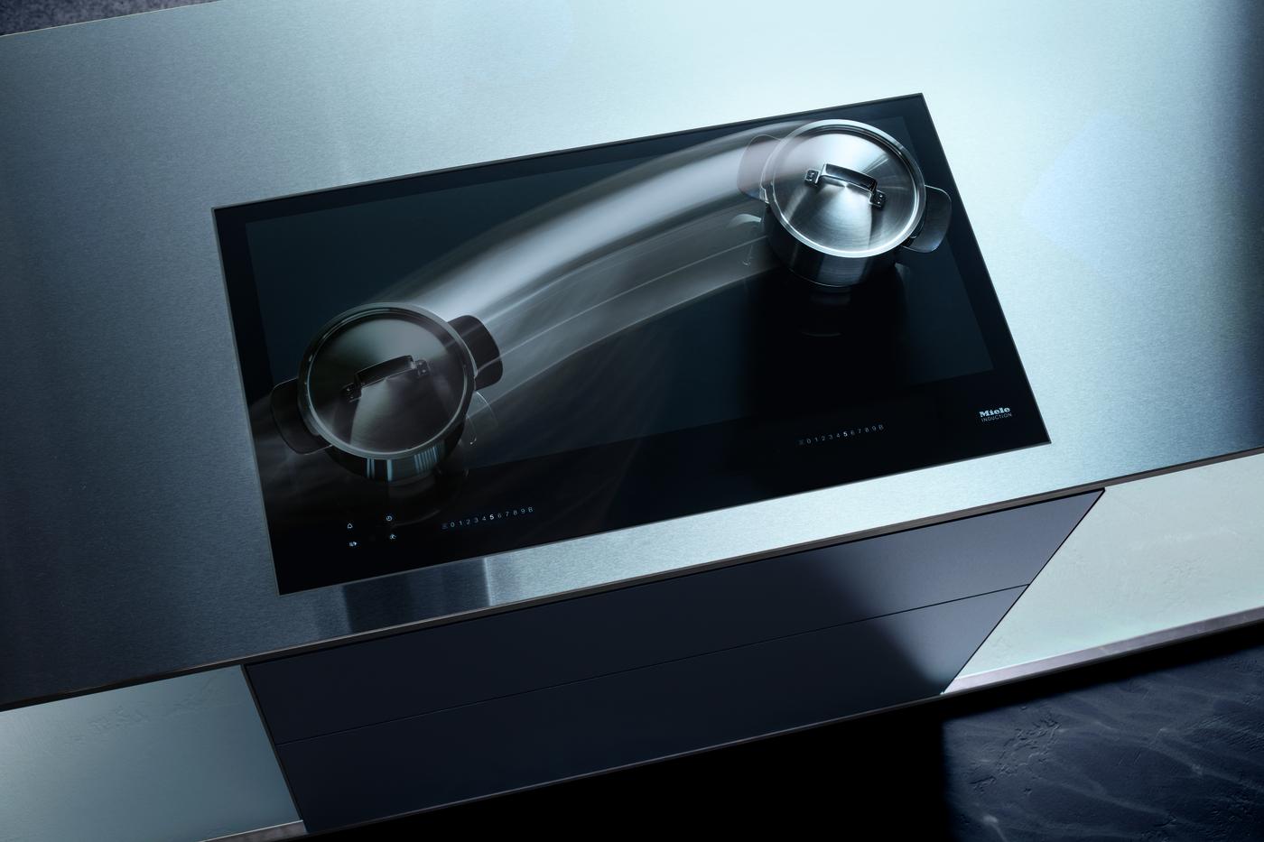 Интеллектуальная система распознавания посуды позволяет настройкам перемещаться по стеклокерамической поверхности вместе с посудой. (Фото: Miele)